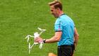 ¡Un dron cae en San Mamés en pleno partido!