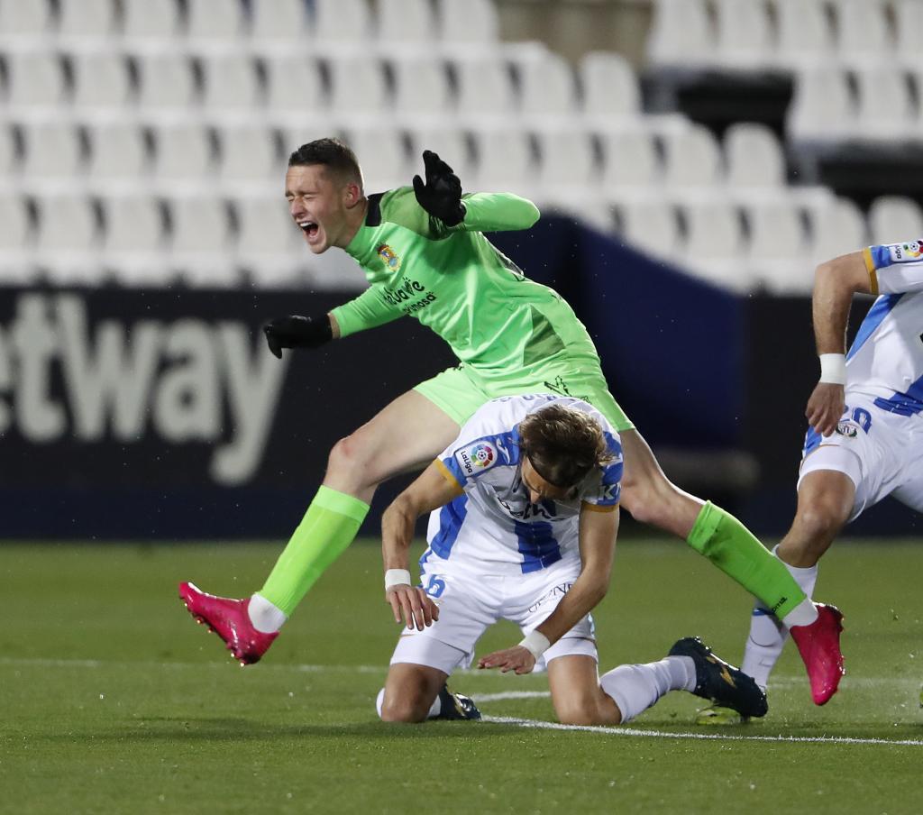 Borja Garcés salta por encima de un Ignasi Miquel que se marchó...