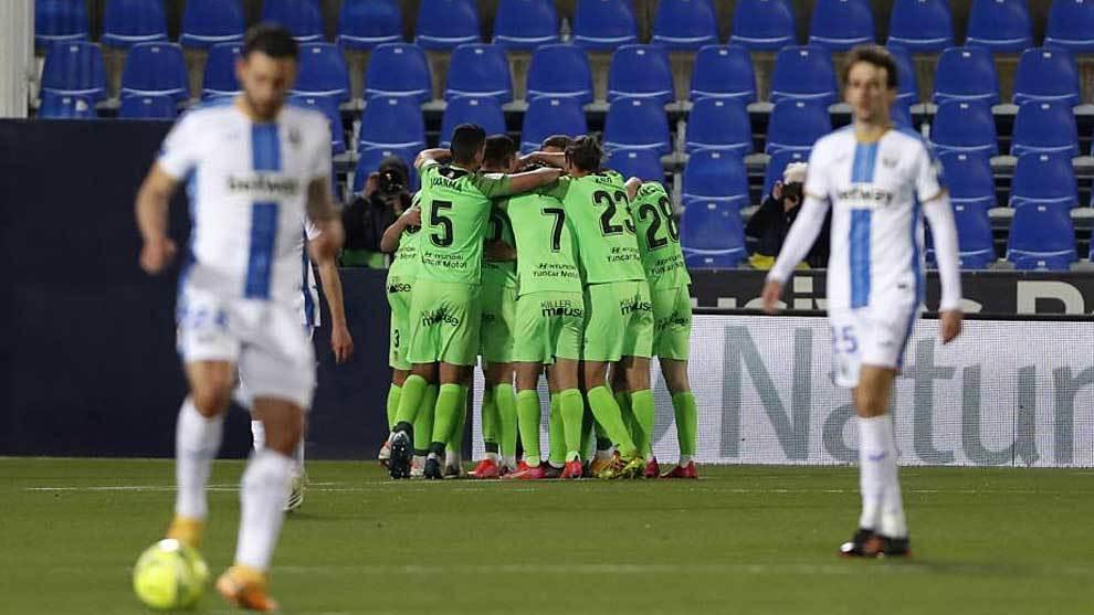 Los jugadores del Fuenlabrada celebran uno de sus dos goles en...