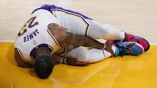 LeBron James se echa mano al tobillo derecho tras lesionarse en el...