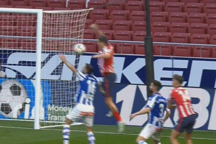 El árbitro no señala penalti tras revisar la imagen del VAR