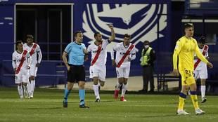 Mario Suárez celebra con el puño en alto el primer gol del Rayo en...