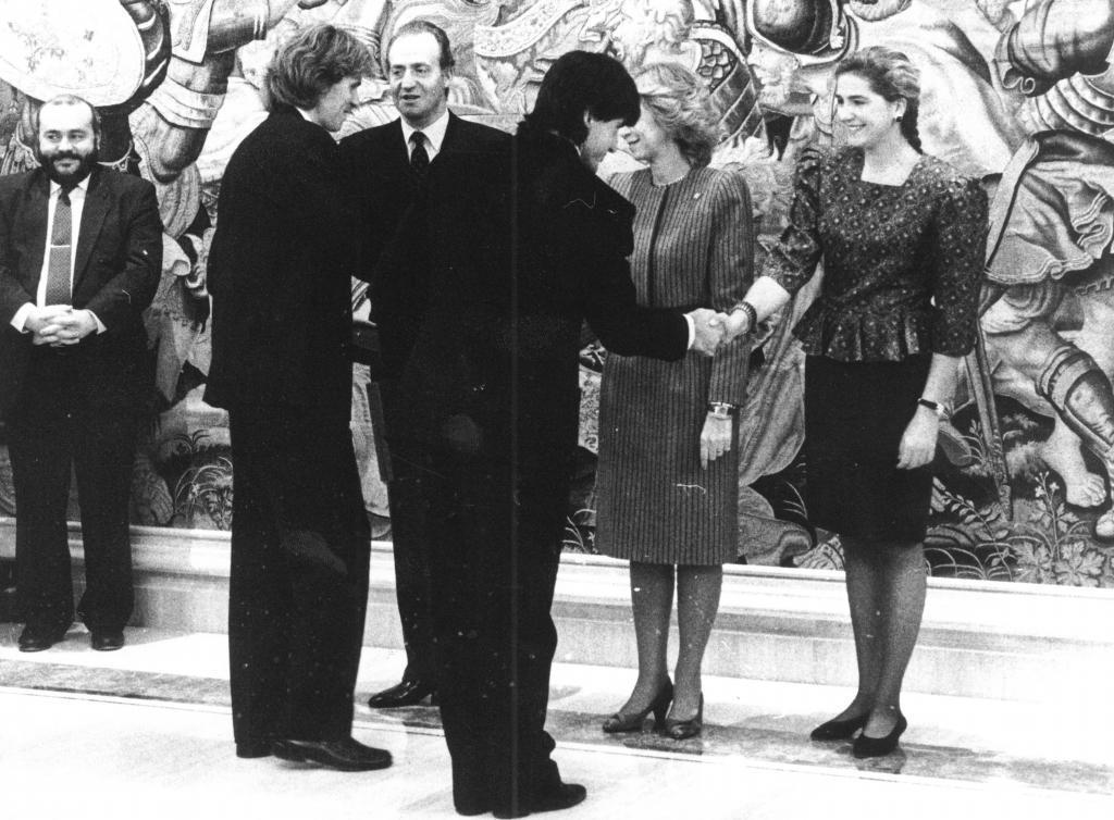 Emilio Sánchez Vicario y Sergio Casal saludan a la Familia Real española