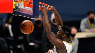 Zion Williamson, ala-pívot de los Pelicans, machaca el aro de los...