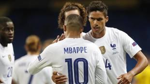 Varane abraza a Mbappé con Francia.