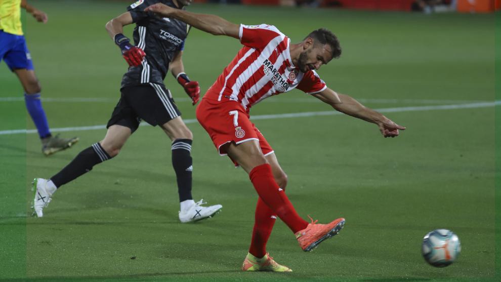Stuani lanza a puerta ante el Cádiz, que resultaría el primer clasificado de Segunda el año pasado.