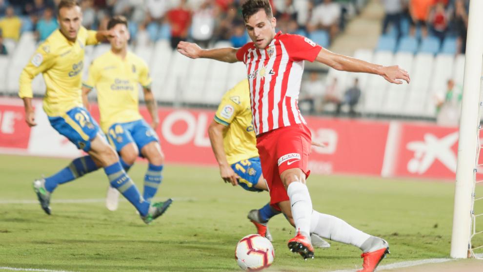 Álvaro logra evitar que salga el balón por la línea de fondo en un partido ante Las Palmas.