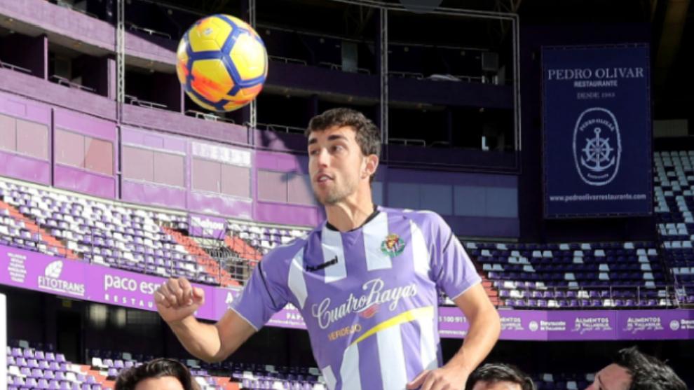 El delantero madrileño, por entonces, del Valladolid remata de cabeza durante un sesión de fotos.