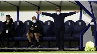 Anquela se queja desde el banquillo de un lance del partido ante el...