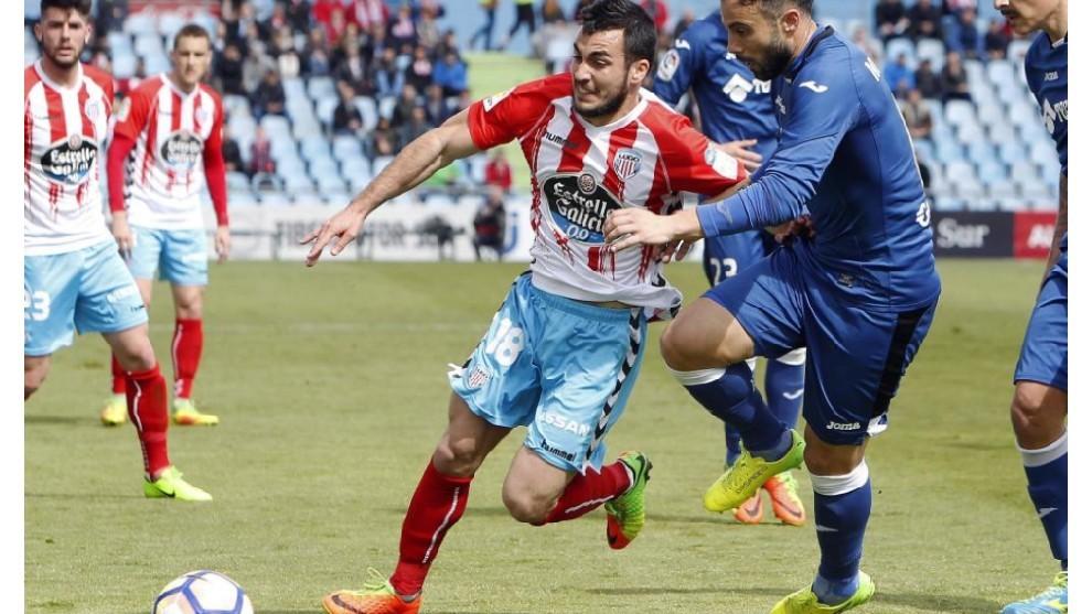Joselu intenta zafarse de la marca de un defensa getafense en la campaña 16/17