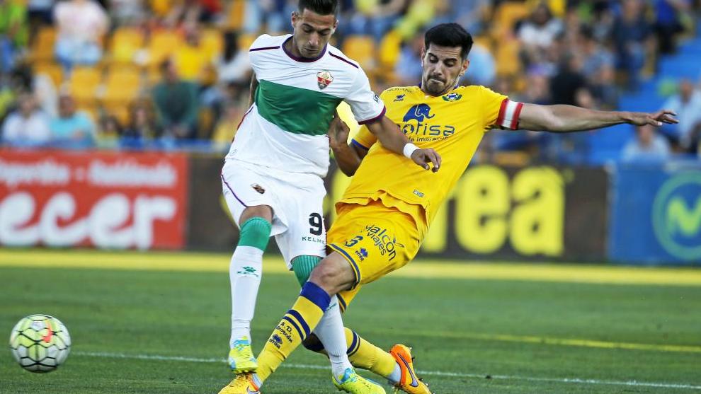 Sergio León recibe la entrada de un jugador del Alcorcón en un partido en el que vestía la elástica del Elche.