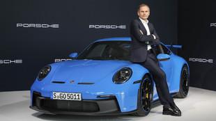 El consejero delegado de Porsche, Oliver Blume, con un Porsche 911...