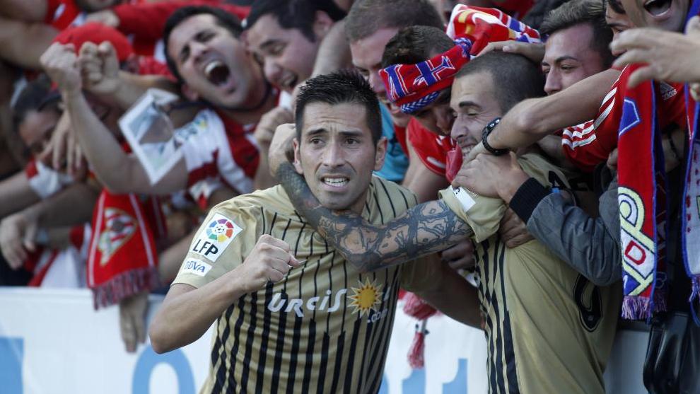 Charles celebra un gol con la grada durante el playoff de ascenso ante el Girona.