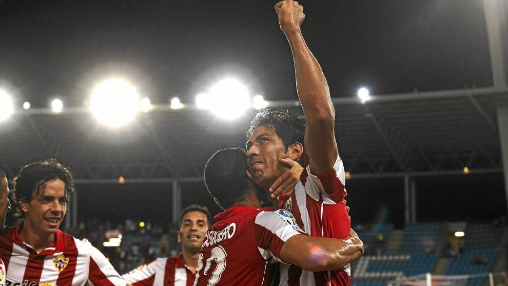 El argentino festeja un gol con sus compañeros durante la campaña 11/12