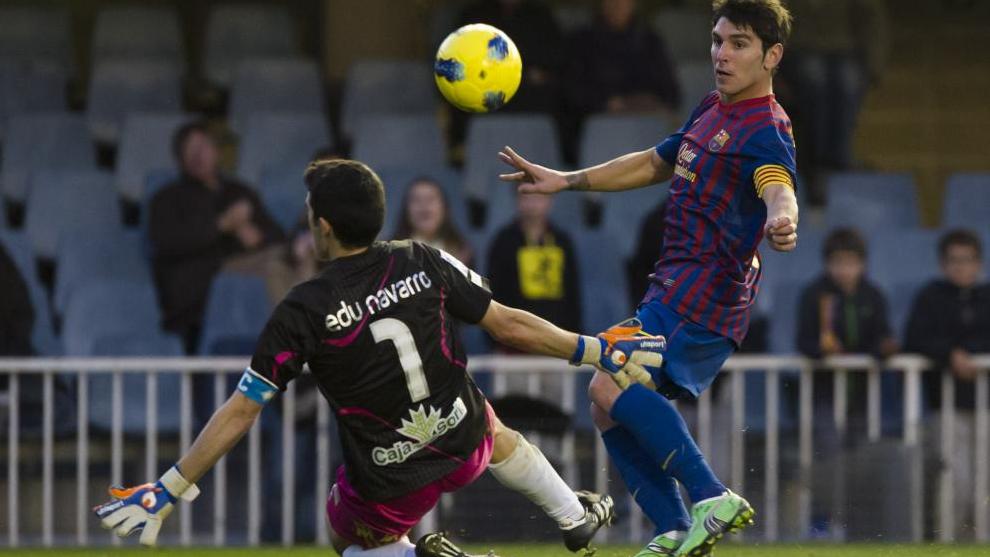 Soriano pica el balón ante la salida del guardameta del Numancia,