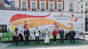 Isabel Díaz Ayuso y representantes del CPE ante el Bus Paralímpicos...