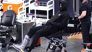 LeBron James, viendo el partido ante los Suns desde una silla de...