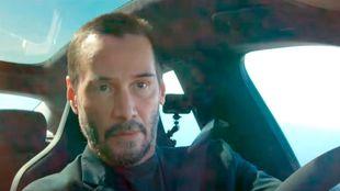 El actor, conduciendo un Taycan Turbo por una carretera de California.