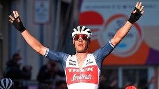 Stuyven levanta los brazos en San Remo.