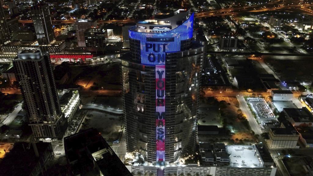 Un edificio de Miami (Florida, Estados Unidos), recuerda el uso de la mascarilla
