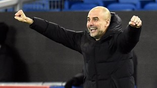 Guardiola celebra un tanto del Manchester City.