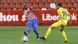 Babín, con el balón, ante Jozabed en el partido Sporting-Málaga