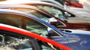 Varios coches nuevos a la venta en un concesionarios.