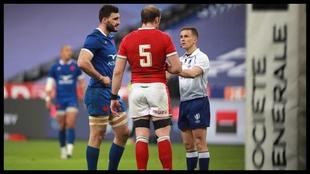 Ollivon y Jones, los capitanes de Francia y Gales, dialogan con el...