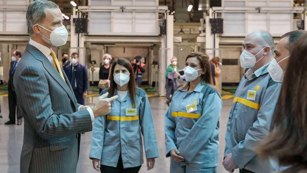 El Rey Felipe VI charla con varios trabajadores de Renault España.