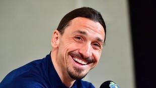 Zlatan Ibrahimovic sonríe en un momento de la rueda de prensa de su...