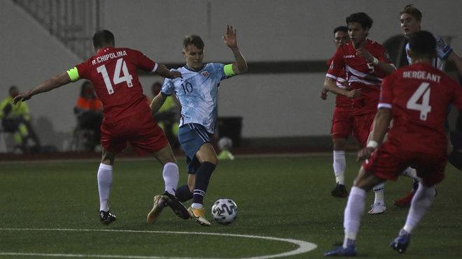 Odegaard supera a Chipolina durante el Gibraltar-Noruega.