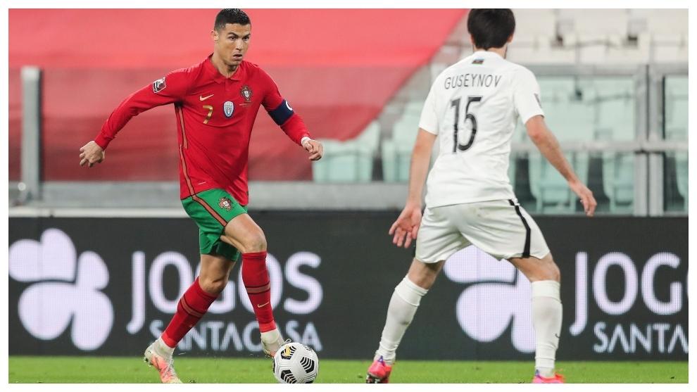 Cristiano Ronaldo encara a Guseynov en el partido contra Azerbaiyán.