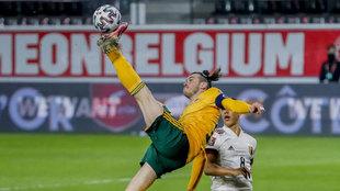 Bale remata a puerta de chilena durante el partido ante Bélgica.