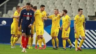 Ucrania celebra su gol ante Mbappé.