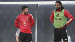 Hazard charla con Denayer en su última concentración con Bélgica el...