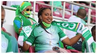 Una aficionada de Comoras anima a su selección.