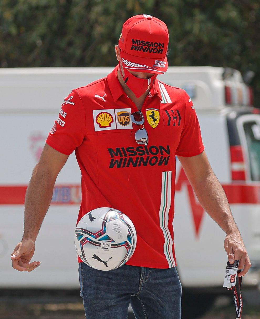 Carlos Sainz se diviritó dando unos toques a un balón de fútbol.