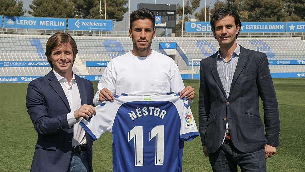 Nestor Querol posa con su camiseta y su dorsal entre Jose Manzanera  y Bruno Batlle