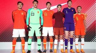 El algodón chino contra Nike: los equipos ocultan el logo de sus camisetas