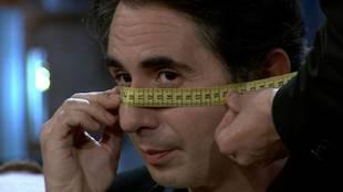 David Broncano midiendo la cara y la nariz de Berto Romero en 'La...