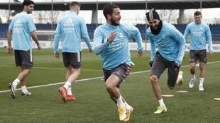 Hazard corre en un entrenamiento con el Real Madrid.