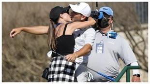 Angela Atkins, esposa de Sergio García, y el golfista se besan tras...