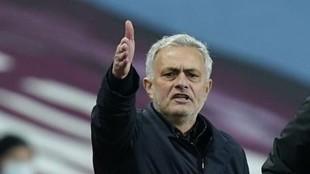 Mourinho da una indicación durante un partido del Tottenham.