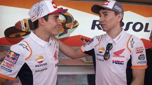 Marc Márquez y Jorge Lorenzo, en el box del Repsol Honda en 2019.