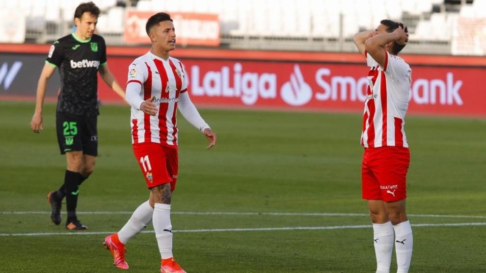 Brian Rodríguez anima a un desesperado Robertone tras no poder ganar al Leganés
