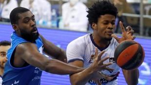 Viny Okouo intenta arrebatar el balón a Steven Enoch durante el...