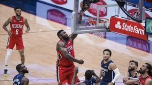 Zion Williamson en acción ante los Mavericks.