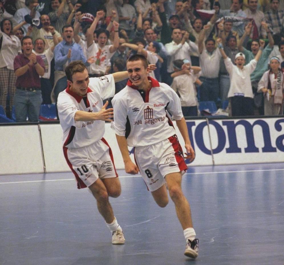 César celebra el gol que dio el título a Caja Segovia en 1998