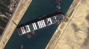 Canal Suez barco encallado bloqueado carguero Ever Given