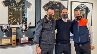 Juanfran posa con los gestores del CF Intercity